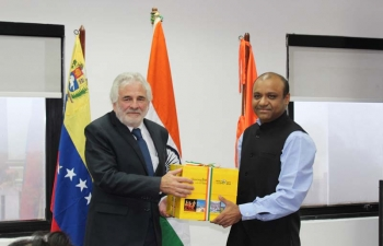 "Presentation of the book set on ""Bharat Ek Parichay Sharing India with the World"" at the Universidad Metropolitana"